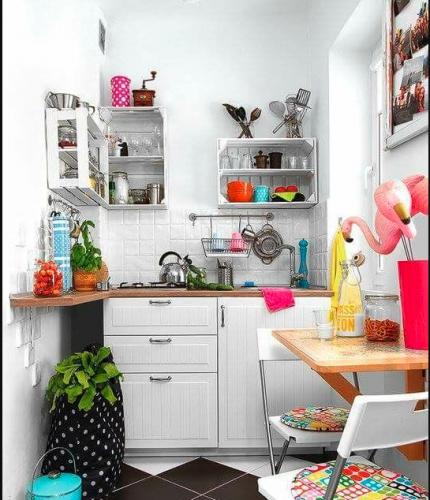Claves para decorar una cocina pequeña que debes tener en cuenta  1-Aprovecha la luz: si puedes crear ventanas para que entre la luz, ¡hazlo! Te sentirás más cómodo.  2-Espacio abierto: otra posibilidad es crear una cocina abierta para el comedor o sala de estar.  Si elige esta opción, un consejo: compre un extractor de aire lo más potente y silencioso posible.  3-El blanco es tu color, porque genera un efecto visual de amplitud. Puedes usarlo en las paredes, en los armarios e incluso en el suelo.