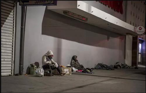 El orden de una persona sin hogar que vive bajo un puente  La recámara debajo de un puente de una persona sin hogar, en se hizo viral. ¿El motivo? El orden y la limpieza que se aprecia en la foto.