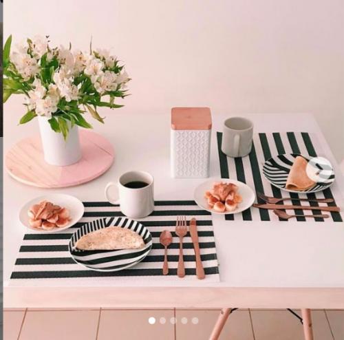 Cómo lograr una cocinas encantadora y ordenada Una adecuada decoración de nuestra cocina hace que este espacio del hogar se convierta en un lugar predilecto donde en la reunión familiar se disfruta. Tomar un café, un té, o un chocolate en una cocina acogedora y ordenada es algo familiar y muy agradable.