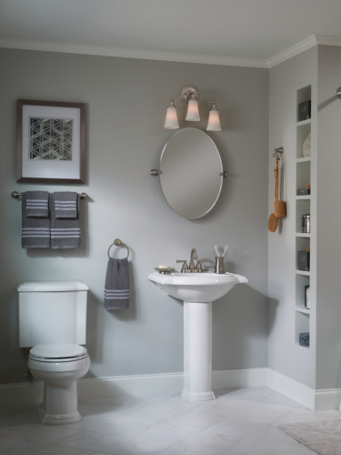 Unbañodebe tener como área mínima 2,40 m2 lo que es aproximadamente 155 cm de ancho x 155 cm de largo en un espacio de forma regular, en esta proporción se puede incluir todos los elementos necesarios para elbañocomo es el sanitario, el lavamanos y la zona de ducha  Ilumina la habitación. Añade espejos. Optimiza el almacenamiento. Elimina el desorden. Sube la barra de la cortina de la ducha. Oculta la alfombra debaño. Instala una puerta corredera. Quédate solo con el lavabo.